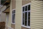 Фасад дома, сайдинг бежевый